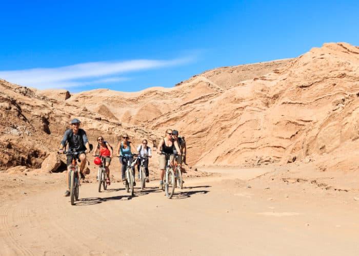Famille à vélo dans le désert d'Atacama au Chili