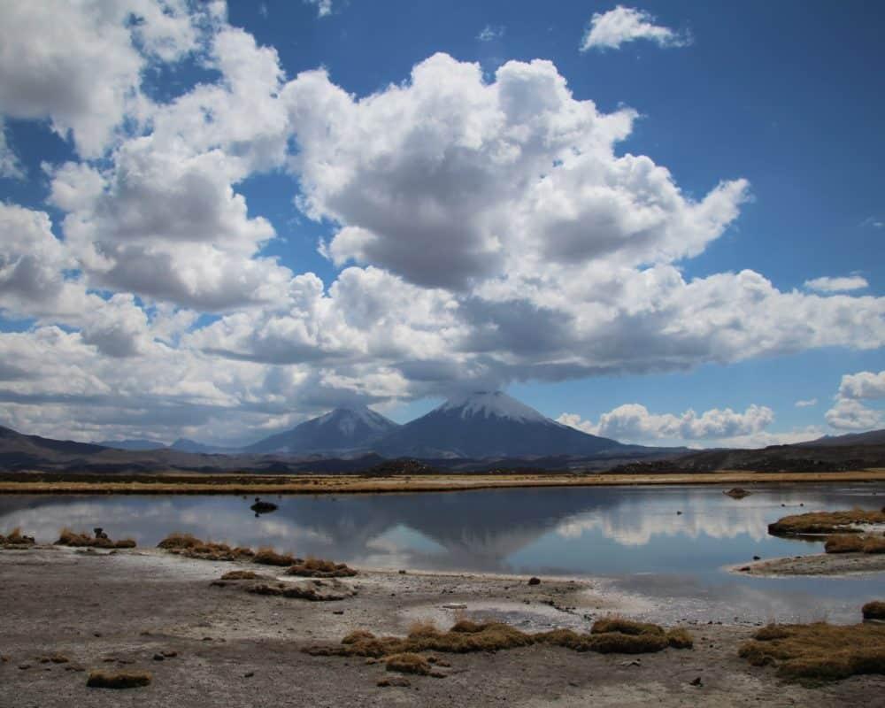 volcan taapaca surplombant une lagune