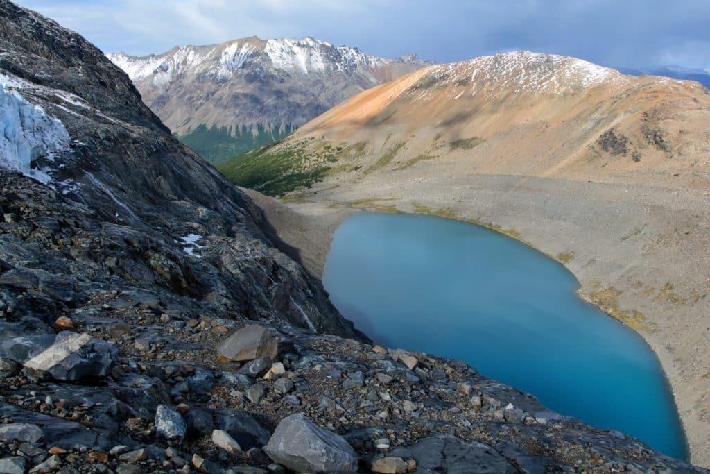 Vu de haut sur la laguna cerro castillo sur la route australe au chili