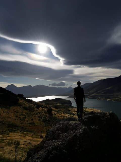 Fin de journée sur la laguna sofia, photo de dos en Patagonie au Chili face aux montagnes