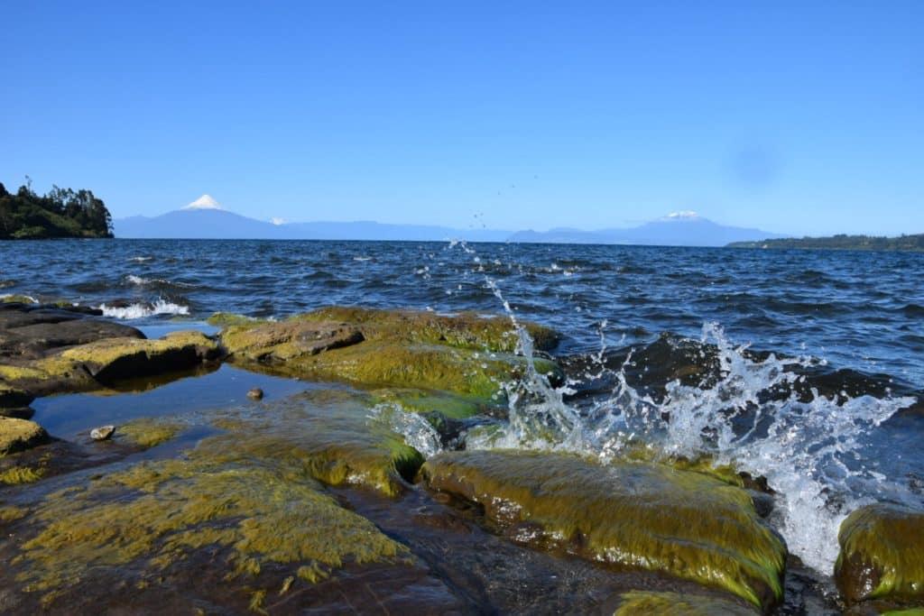 région des lacs au Chili, sur fond de volcan