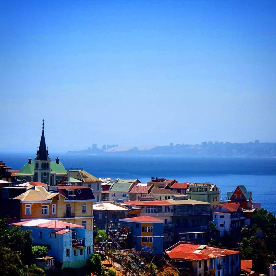 maisons colorées sur fond de Ciel bleu azur à Valparaíso, eglise au toit vert