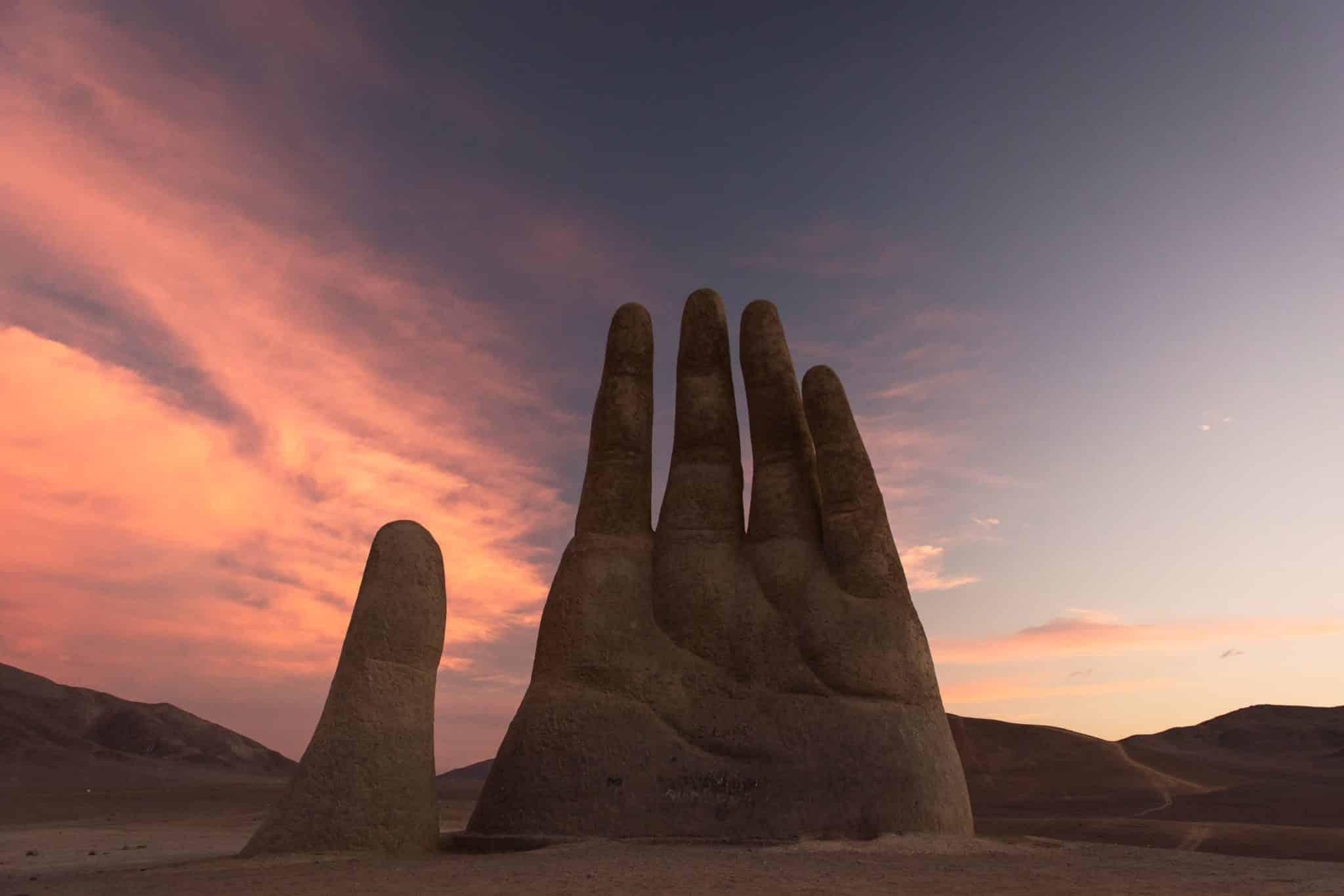 main dans le désert atacama chili coucher de soleil