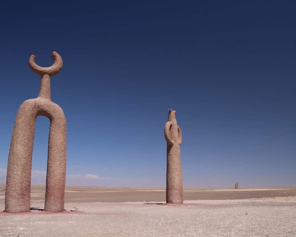 presencias tutelares pres d'arica au Chili, statues formes lune