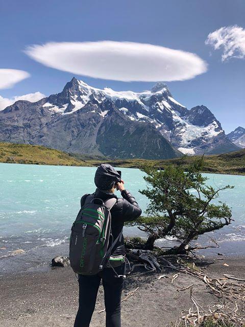 Femme prenant une photo dans le Parc Torres del Paine patagonie