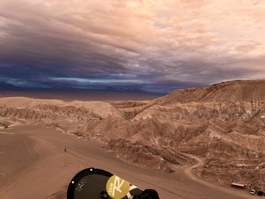 Sandboarding dans la vallée de la mort, en haut d une dune