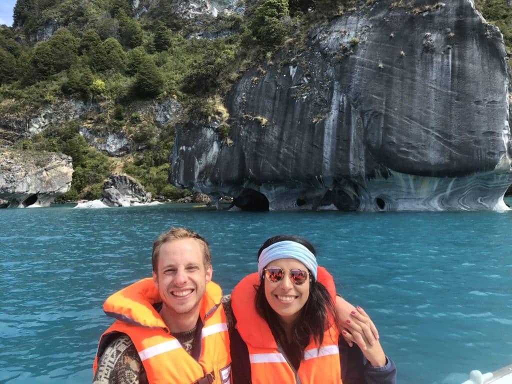 couple dans un bateau sur le lac general Carrera ene Activité nautique en amoureux au Chili sur la route australe