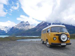 Voyage en van en Patagonie kombi volkswagen jaune face à un lac à torres del paine