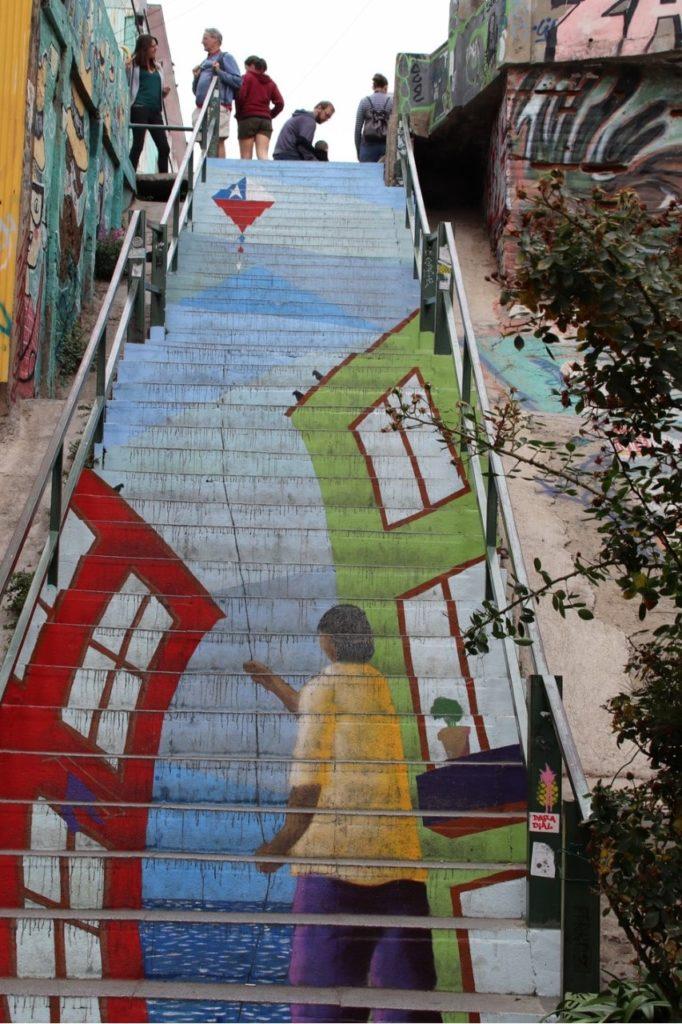 escalier peint avec un enfant tenant un cerf colant aux couleurs du drapeau du Chili, à Valparaiso