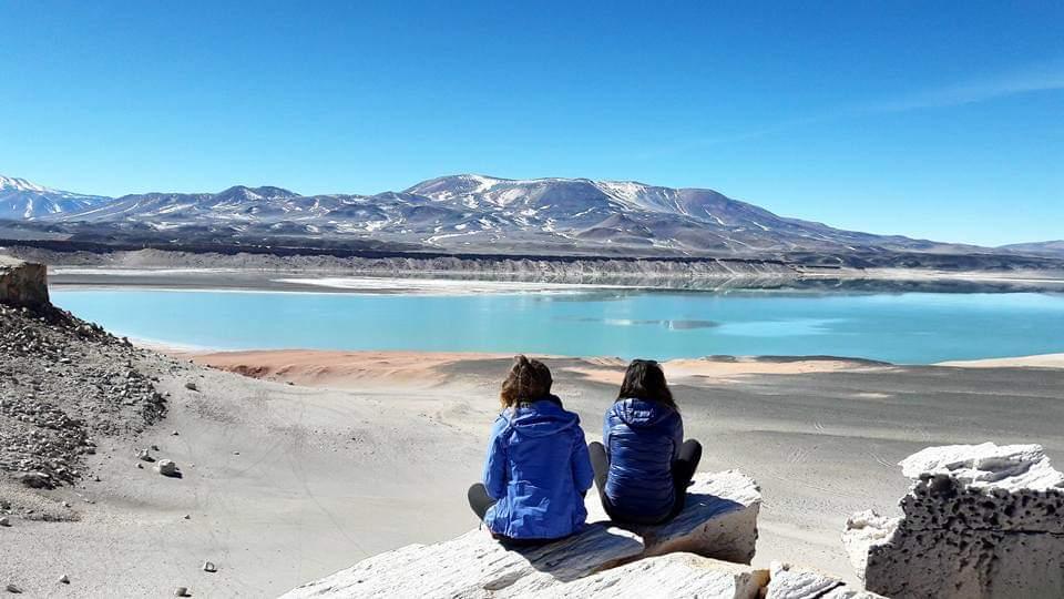 2 filles regardant une lagune dans l altiplano à Atacama au chili