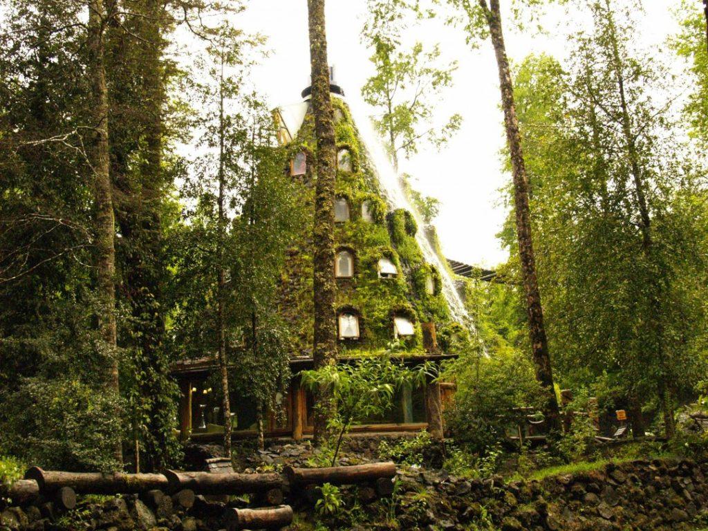 Hotel la montaña magica dans le parc huilo huilo
