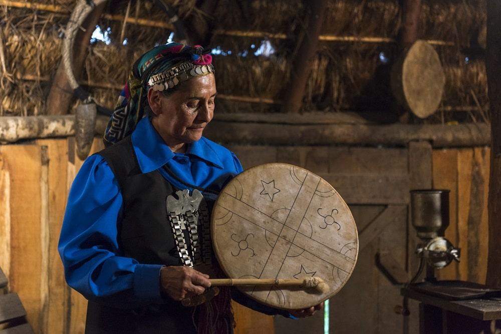 Femme mapuche jouant de la musique chili