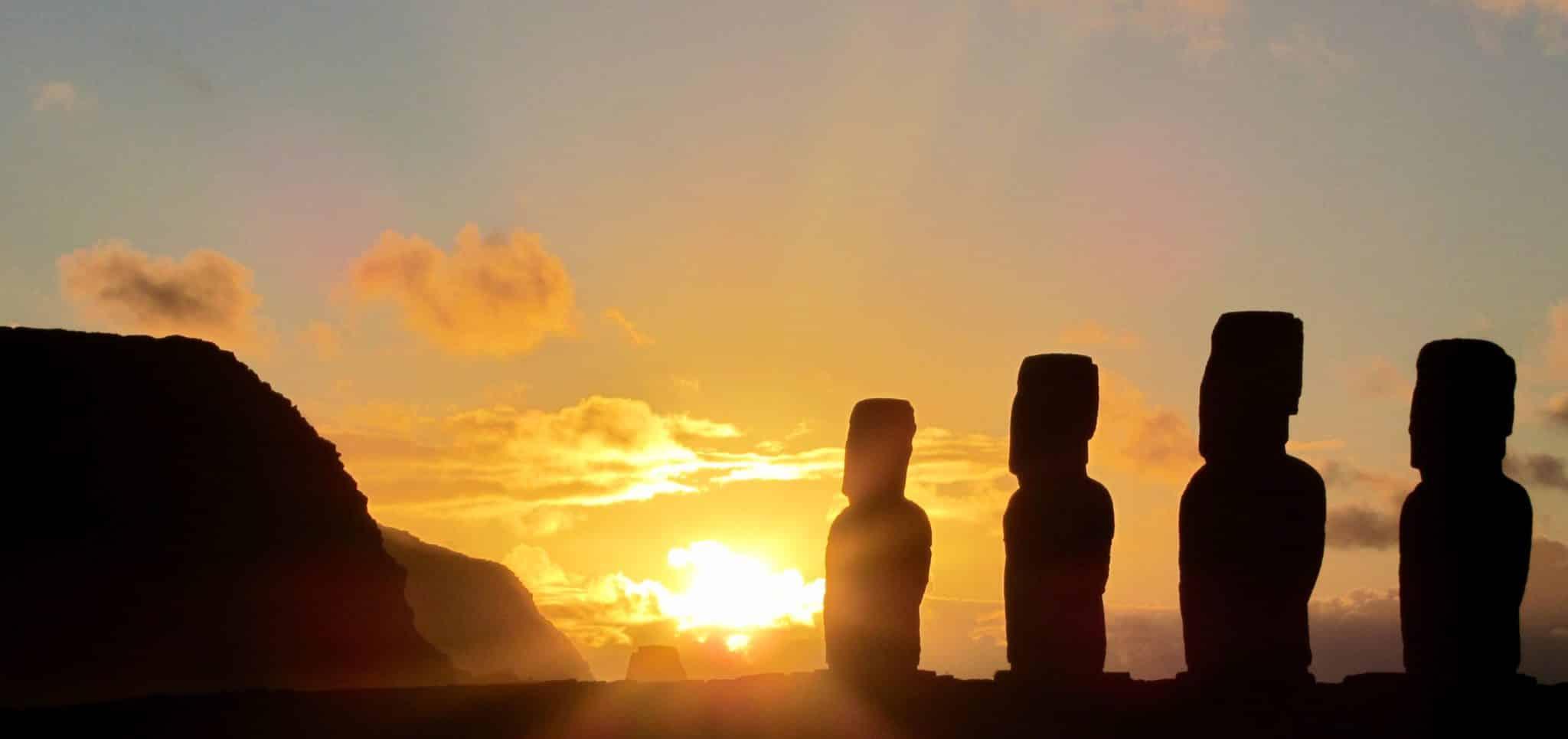 Couché de soleil sur les moai de l'ile de paques.j