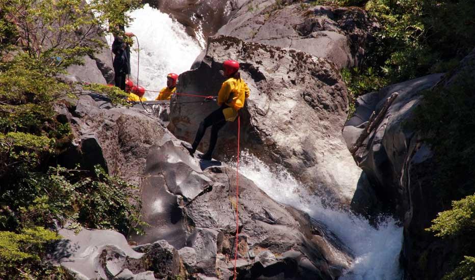 canyonering et rappel dans cascade pucon