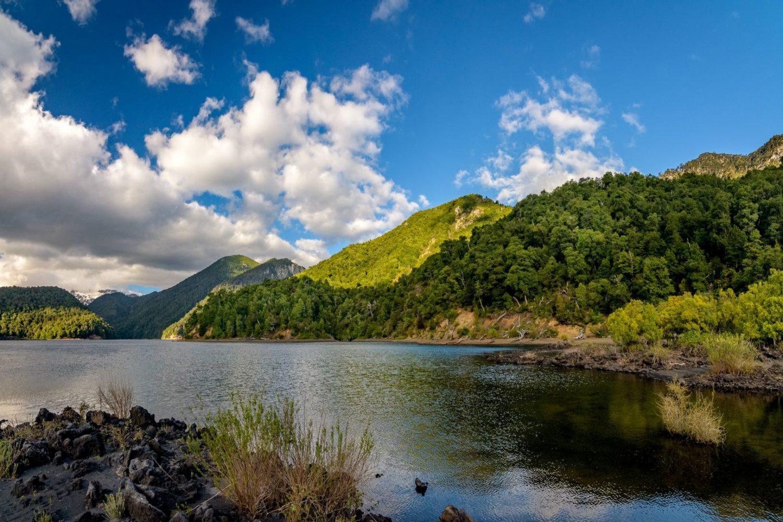 Le parc conguillío en été, vue sur le lac et montagnes