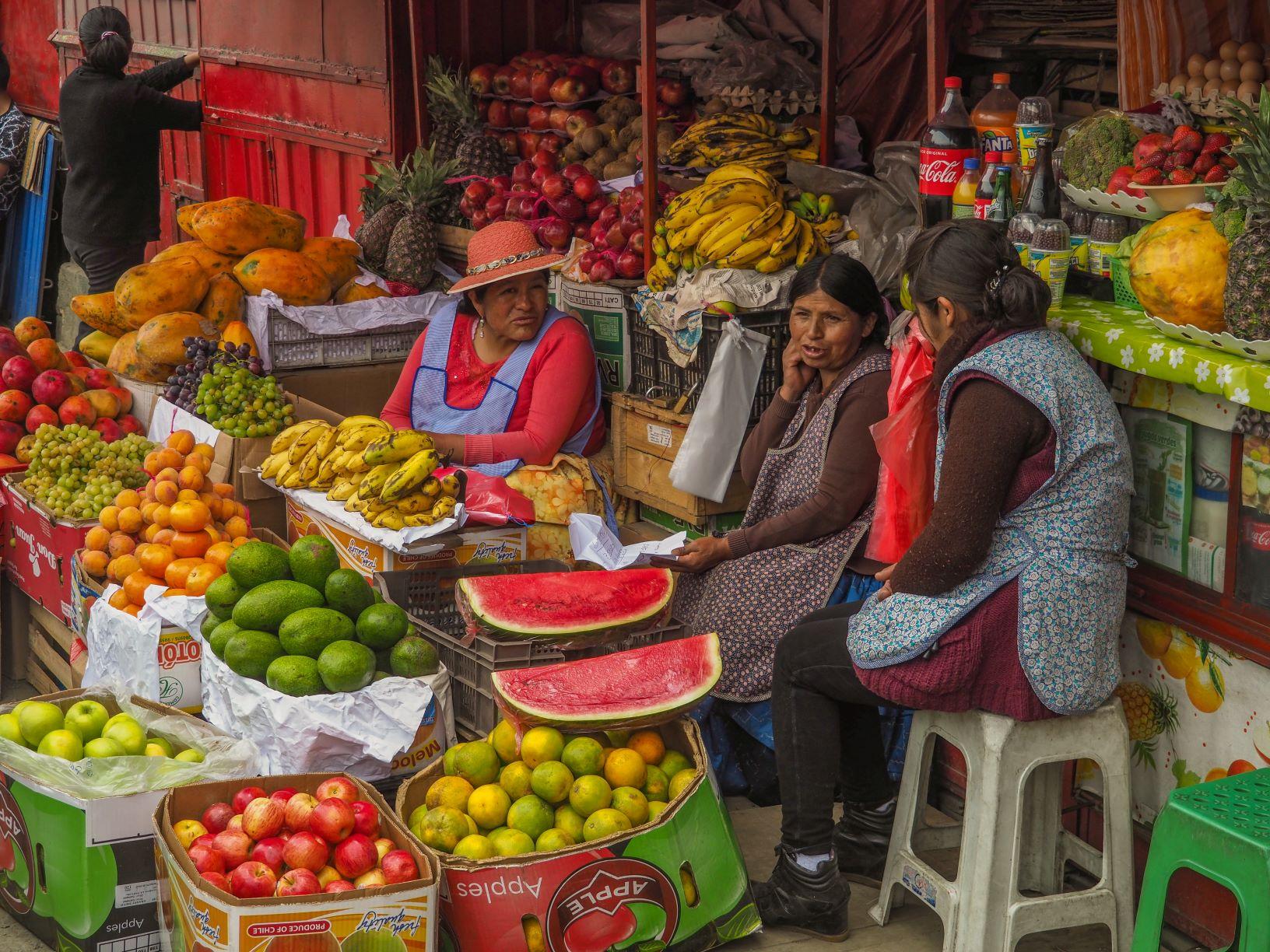 Femmes discutant dans un marché Bolivie