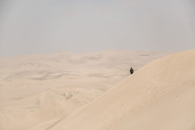 homme-randonnée-desert-seul