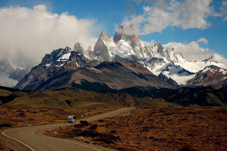 Route de montagne sur fond de montagne