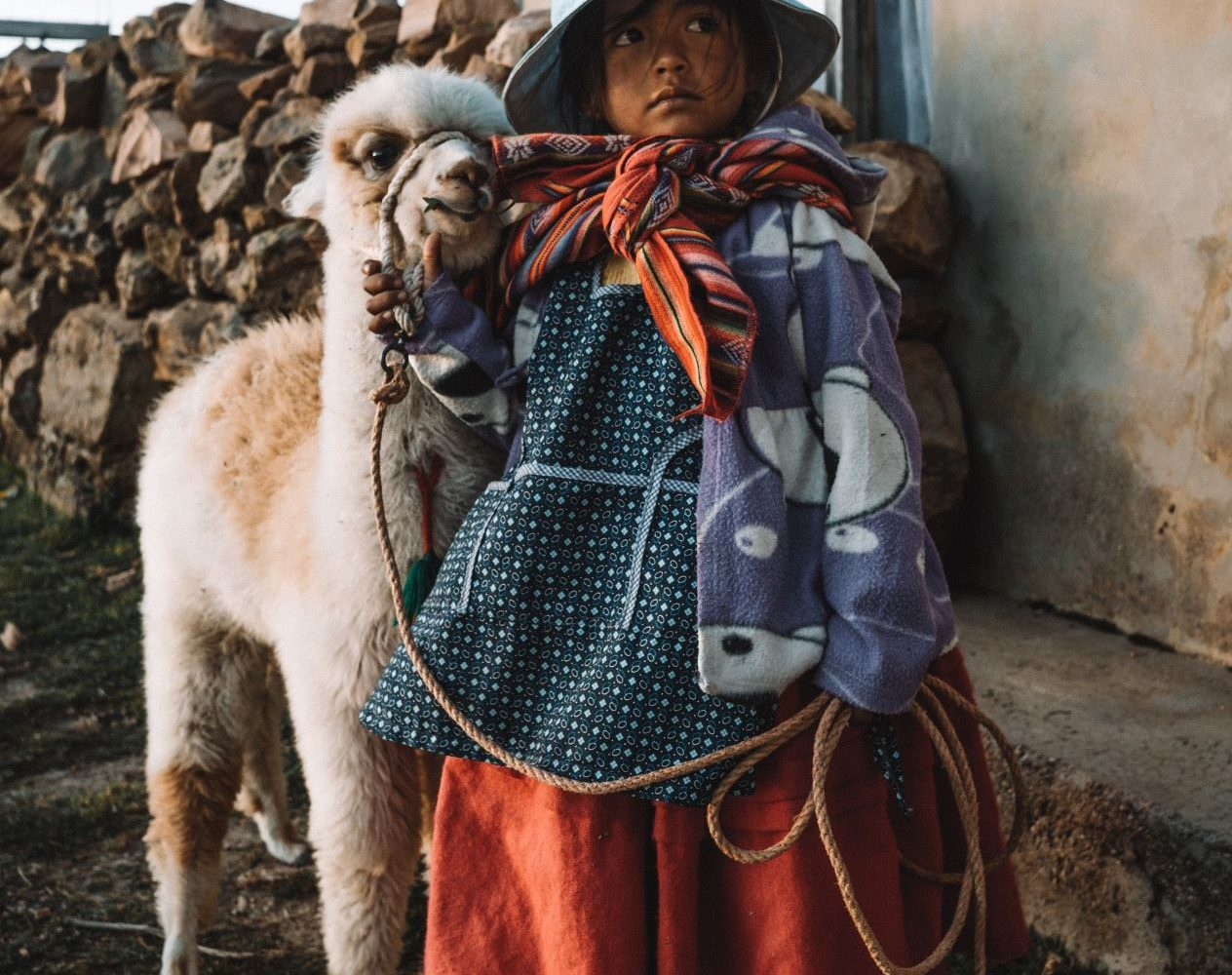 petite fille bolivienne avec un alpaga en Bolivie