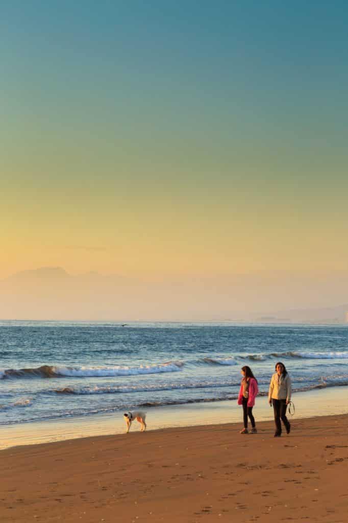 plage coucher de soleil enfants