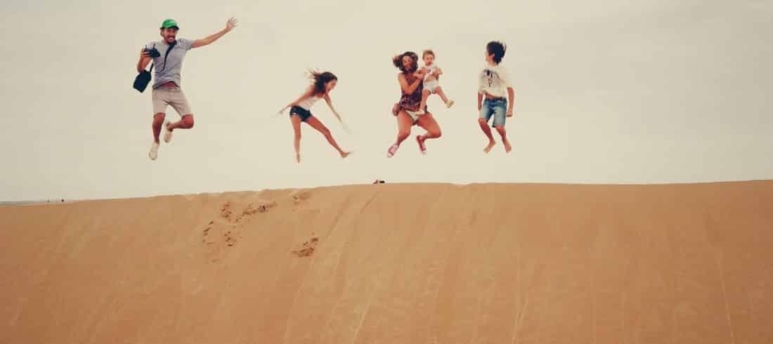 famille saut desert atacama dune enfant