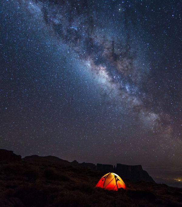 Nuit sous les étoiles du désert d'Atacama bivouac